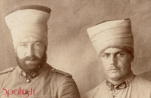 Spahis du 12e RST portant la chéchia et le cheiche à la mannière des troupes du Levant