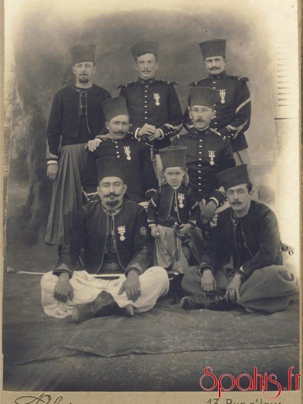 spahis du 2e et 3e régiment accompagné de cavaliers de la remonte d'Afrique