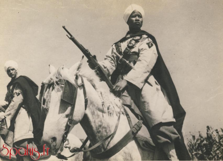 Spahis Marocains du 5e RSM posant fièrement lors de la prise d'arme