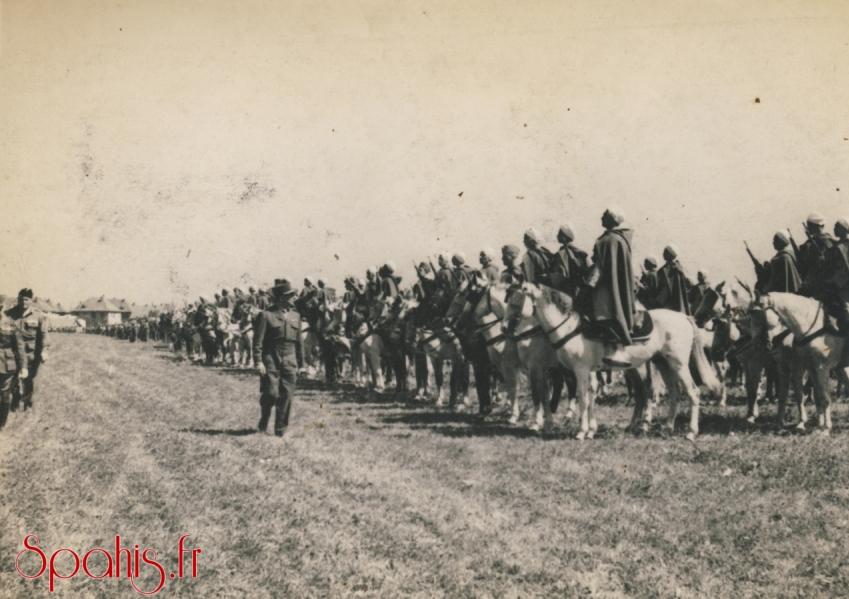Le général de Lattre de Tassigny passe en revue le 7e Régiment de Spahis Algériens
